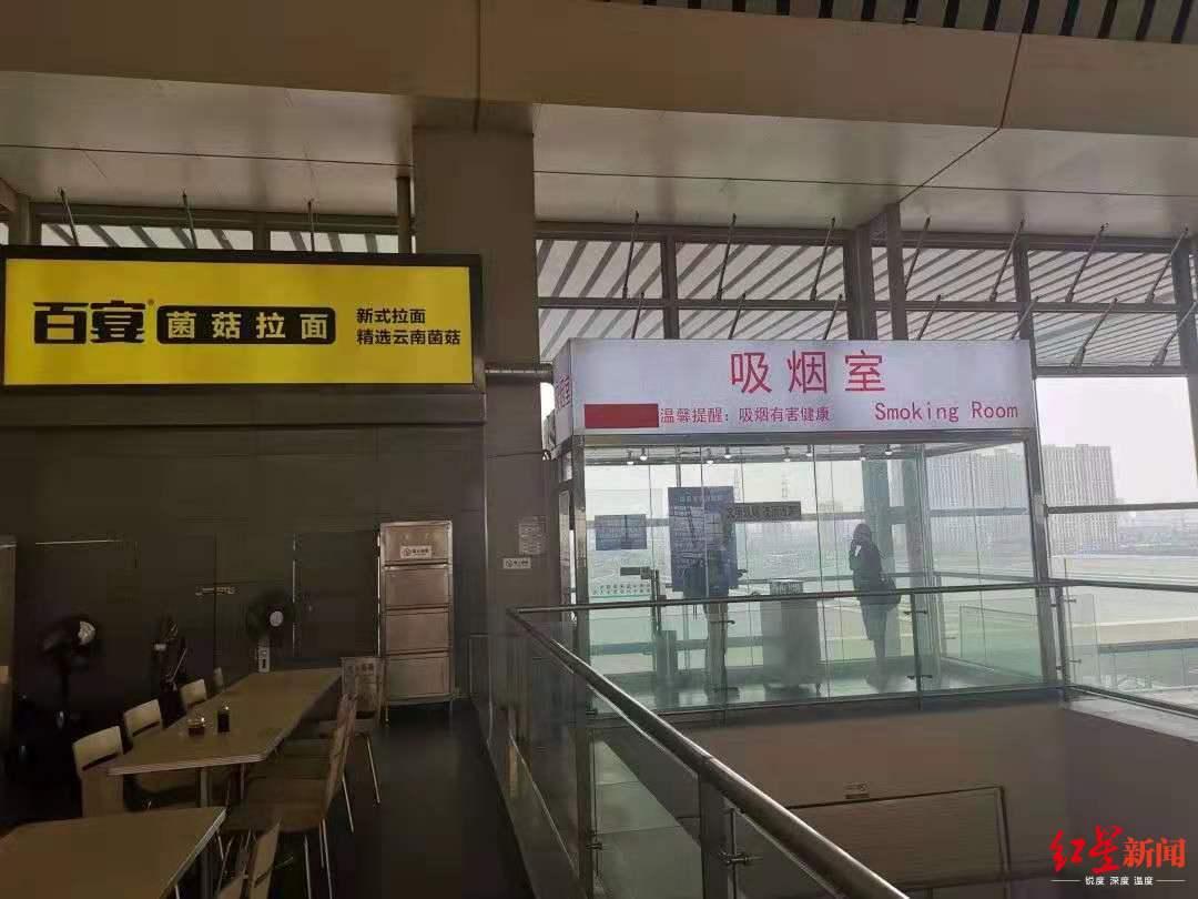 郑州东站候车大厅设置的吸烟室