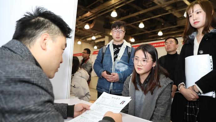 """要""""月入過萬"""",要""""鐵飯碗"""",還是""""我全都要""""?上海19.3萬畢業生怎么選圖片"""