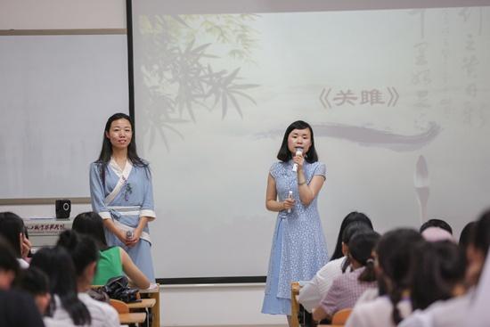 2018年6月14日,湖南化工职业技术学院思政课教师李菡(左一)和语文课教师邓滢(右一)共同带来了一堂特别的思政课。罗治国/摄
