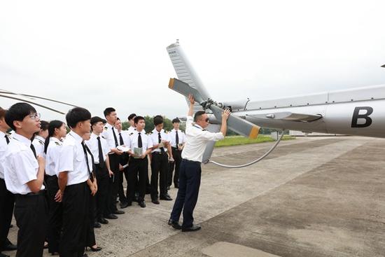 2017年9月,浙江育英职业技术学院直升机驾驶技术专业学生在校外实训基地进行课程实训。潘建生/摄