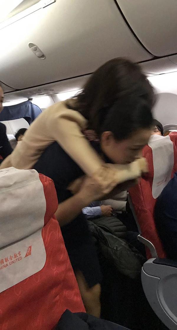 张琪琪背起乘客送到机舱门口 视频截图