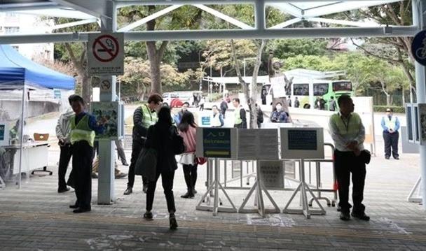 港铁大学站出口设闸机加强安保 图源:港媒