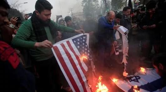民众焚烧美国、以色列国旗