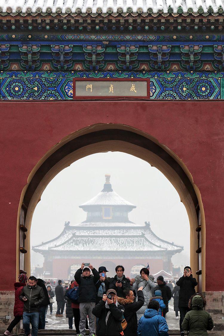 人们荟萃在天坛公园成贞门前拍照。