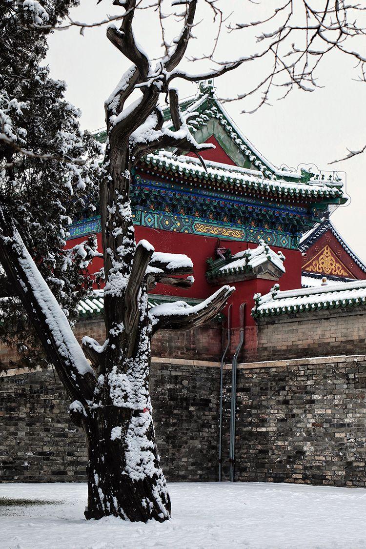 白雪皑皑里透着红墙绿瓦。