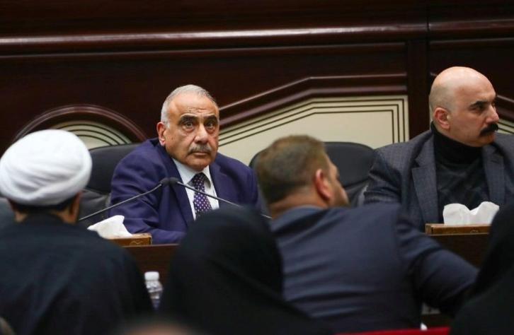 当地时间1月5日,在伊拉克首都巴格达,伊拉克看守政府总理阿卜杜勒-迈赫迪(后排左)出席特别会议(路透社)