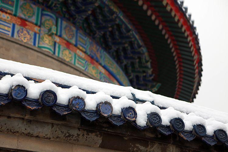 蓝色琉璃瓦被白雪隐瞒。