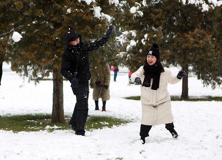 年轻人打雪仗。