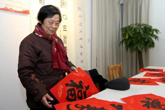 长宁书法家为离退休老同志写春联送祝福
