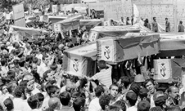 1988年7月,哀悼者们在德黑兰扛着655航班遇难者的遗体 图片来源:美联社