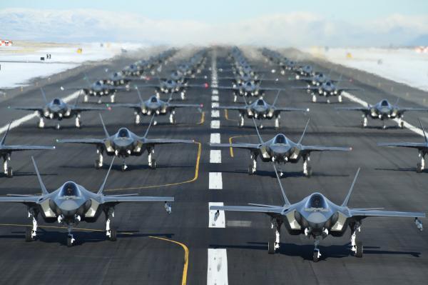 """美国空军官方外交媒体账号发出的52架F-35起飞前在停机坪""""大象信步""""画面"""