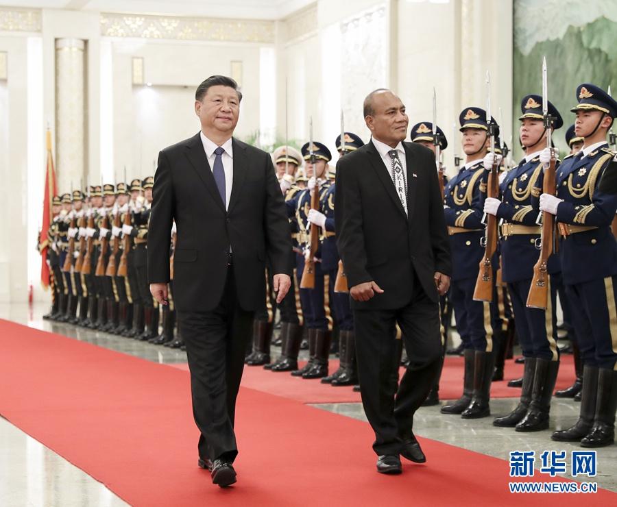 1月6日,国家主席习近平在北京人民大会堂同基里巴斯总统马茂会谈。这是会谈前,习近平在人民大会堂北大厅为马茂举行欢迎仪式。 新华社记者 丁海涛 摄