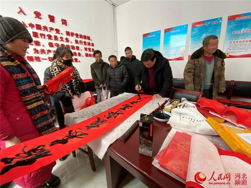 河北滦平县书法家为村民送新年祝福