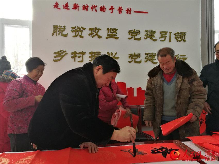 免费送春联,书写新气象。1月6日上午,河北省承德市
