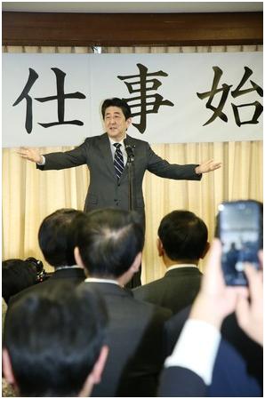 (1月7日,安倍在东京自民党总部发外新年做事致辞 图源:时事通信社)