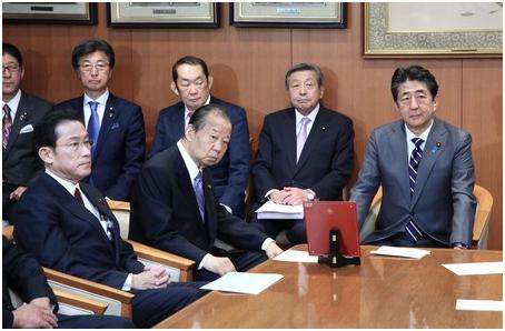 ((从右自左前) 日本始相安倍晋三、做事长二阶俊博、自民党政调会长岸田文雄等人出席会议)
