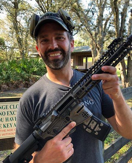 小特朗普在推特上发布的相片,枪械上的十字和希拉里图画 交际媒体图