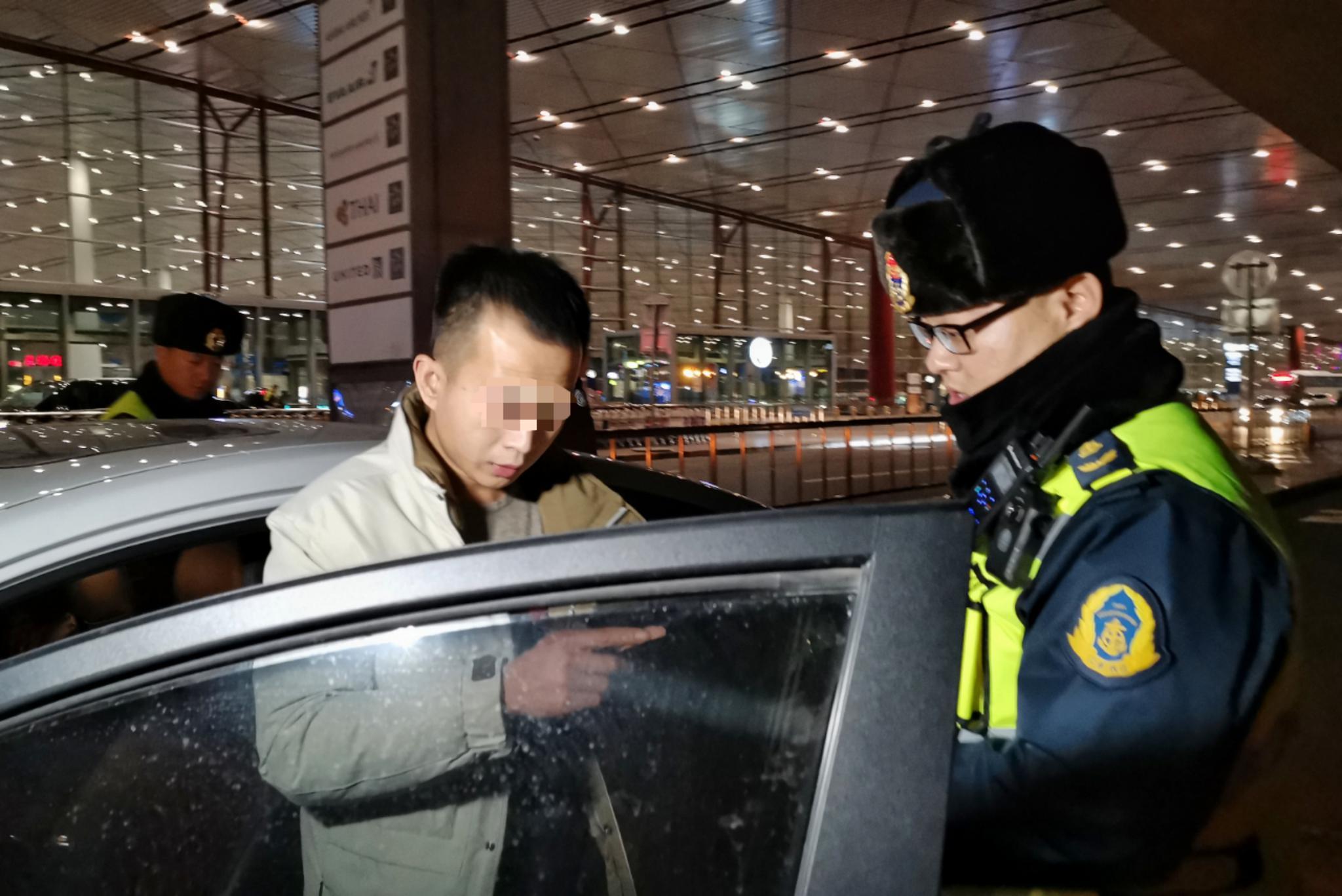 昨天晚上,北京市交通执法总队首都机场大队在首都机场T3航站楼前查获了两辆黑车。新京报记者 裴剑飞 摄