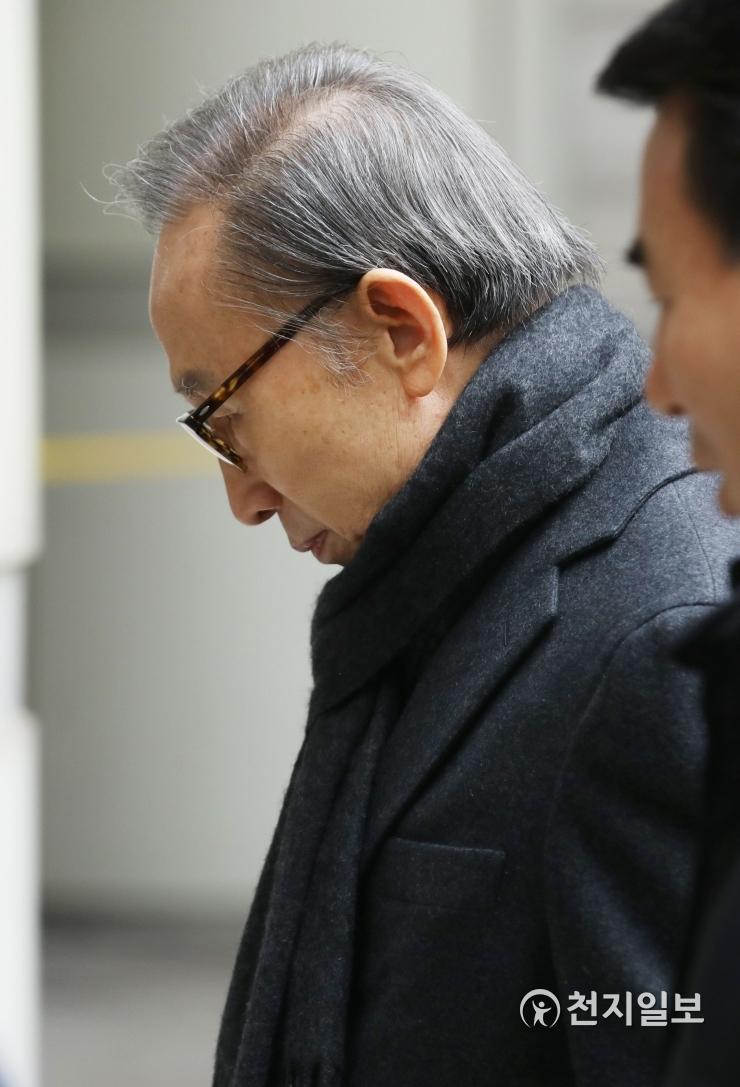 8日,李明博出庭受审(《天地日报》)