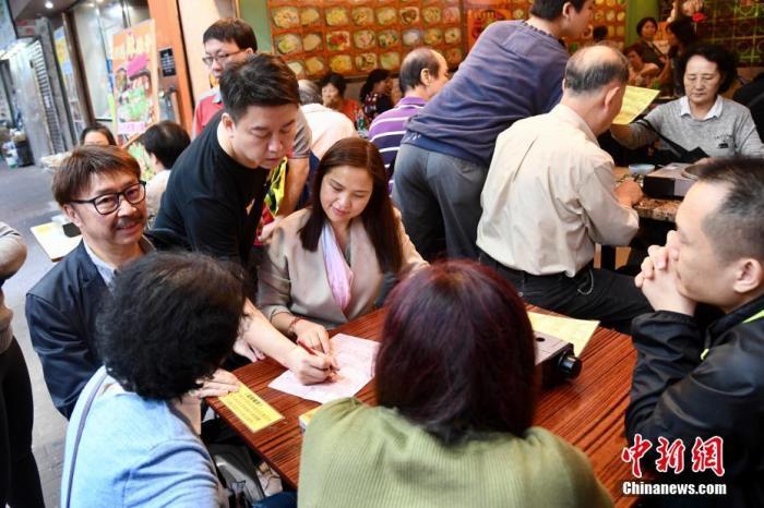 香港深水埗荔枝角道一间餐馆6日凌晨遭2名黑衣暴徒投掷汽油弹。1月7日,有市民特地到餐馆支持店家,鼓励继续无畏无惧撑警。中新社记者 李志华 摄