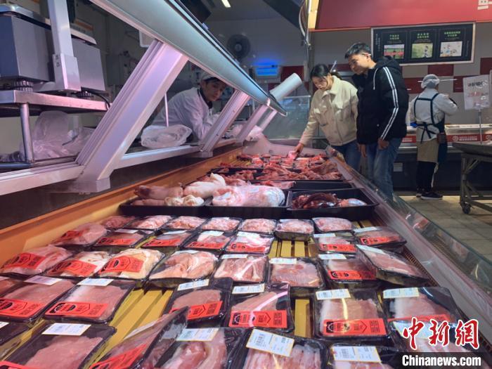 原料图:2019年12月27日,市民在长沙市天心区一家超市选购猪肉。 鲁毅 摄