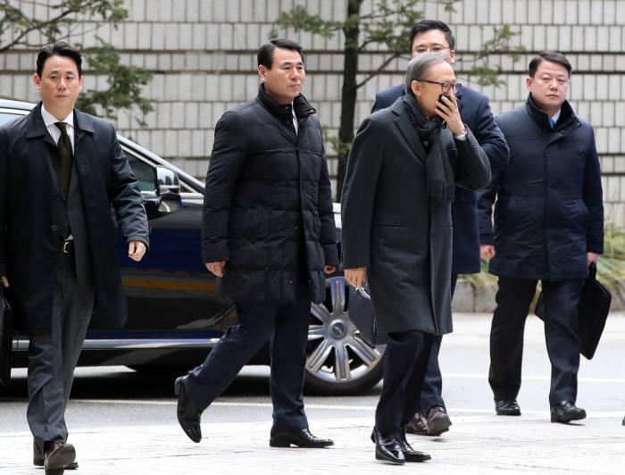 8日,李明博出庭受审(韩联社)