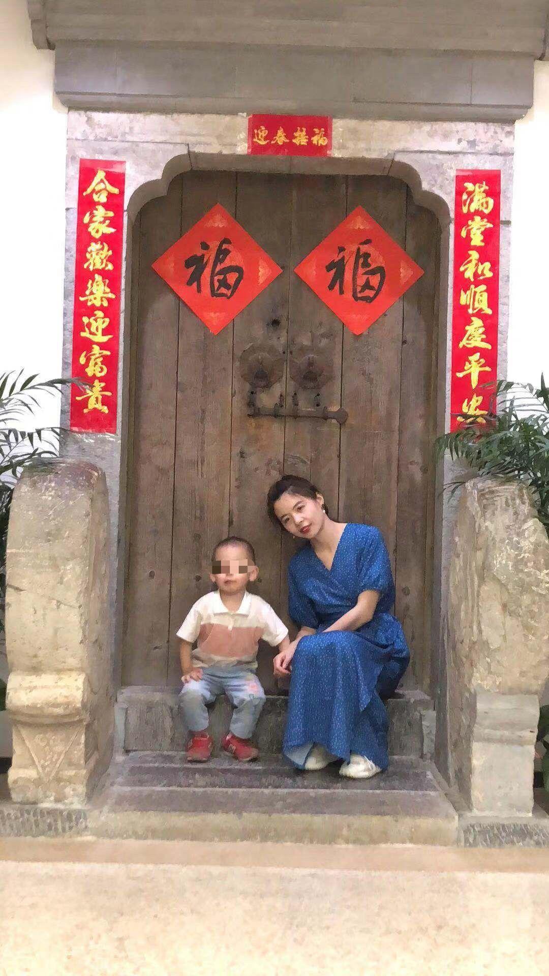 吕沆菲与自己4岁的儿子。受访者供图