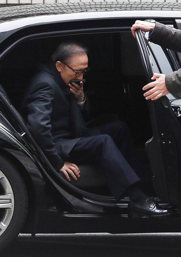 8日,李明博出庭受审(dailian网站)