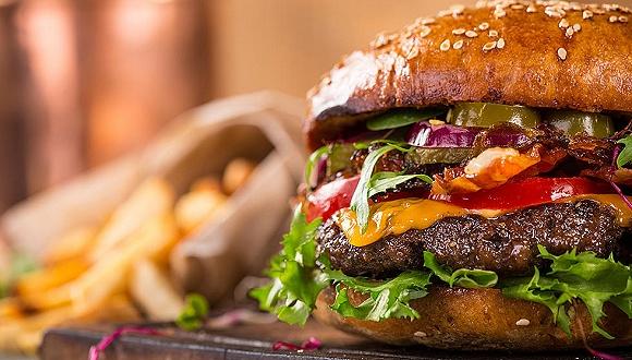 麦当劳与Beyond Meat合作推出的植物肉汉堡P.L.T。 (plant, lettuce, and tomato)。
