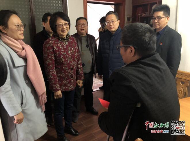 抚州市审计局党组书记、局长陶雪华在南城县走访慰问城市困难群众(图)