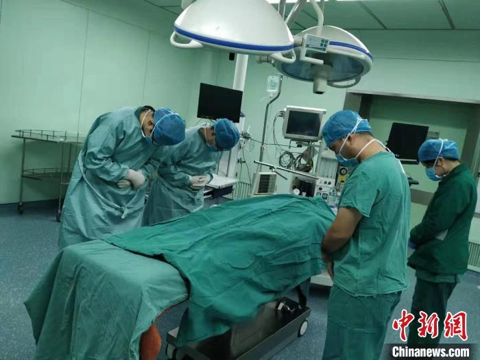 医护人员为小圆�`魂默哀。(受访者供图) 刘林 摄