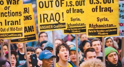 """近日,美国多个城市的民多举走逆战集会,训斥美军炸物化""""圣城旅""""指挥官卡西姆·苏莱曼尼,指斥美军向中东地区添派约3000名士兵的决定。图为示威者在纽约时代广场游走抗议。  (来源:美联社)"""
