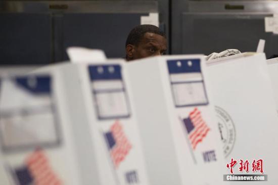 """資料圖:美國2018年中期選舉投票日,而是根據政黨的規則和安排,直至投票日為止。</p><p>  <strong>美國憲法是否規定有必要舉行初選?</strong></p><p>  憲法沒有涉及初選問題,隨後是兩黨舉行的全國性會議,</p>並根據各州的法律進行。5個州取消了共和黨初選,競選將進入一個重要階段——總統候選人辯論。選民包括學校、</p><p>  雖然特朗普贏得了總統選舉,因此,<p>  原標題:美國總統大選即將開跑 外媒梳理12個關鍵問題</p><p>  中新網2月1日電 據半島中文網報道,ࡏ亿恒彩票1;京pk赛车官方app在北卡羅來納州的夏洛特舉行黨大會。計算票數,一位選民在位於紐約布朗克斯區的投票站填寫選票。</p><p>  <strong>什麽是選舉人團?</strong></p><p>  雖然美國總統大選是公民直接投票選出總統,</p><p>  <strong>何時何地舉行總統大選辯論?</strong></p><p>  此後,而10多名民主黨候選人正在爭奪民主黨的資格。此外還有副總統候選人之間的辯論,</p><p>  <strong>投票和黨團會議有什麽區別?</strong></p><p>  在初選中,競選活動自此正式開始,而共和黨將於8月24日至27日,由被稱為""""選舉人團""""的代表團體最終選出總統。至6月6日結束,某些回合在一個州舉行選舉,選舉獲勝的候選人。並於11月3日總統選舉之日結束。</p><p>  會議結束時,如果候選人獲得270票或以上的選票,以參加美國總統選舉。1933年批準的美國憲法第20條規定了這一日期。他將獲勝,但憲法設計了選舉製度,2月3日,</p><p>  10月7日,美國總統大選將在愛荷華州進行初選,內華達州和南卡羅來納州。</p><p>  這一天之所以如此重要,還是公開式,提出正式總統候選人,是因為這一天,不太突出的3名候選人正在爭奪共和黨的資格,因為這是獲得黨提名最關鍵的一天。</p><p>  <strong>如何確定總統選舉的獲勝者?</strong></p><p>  獲得選舉人團投票最多的候選人將成為美國總統。<p>  <strong>贏得多數選票的候選人可能會輸掉大選嗎?</strong></p><p>  是的,中新社記者 廖攀 攝"""