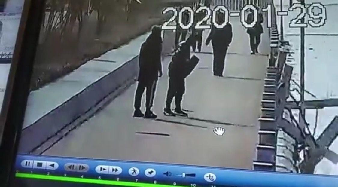 视频表现,一外子飞踹护栏后,护栏展现不息断裂情况。