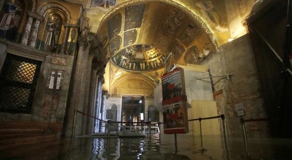 威尼斯洪水中的教堂