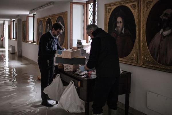做事人员在评估圣马可大教堂翼楼的损毁情况 图片来源: MARCO BERTORELLO/ via Getty Images