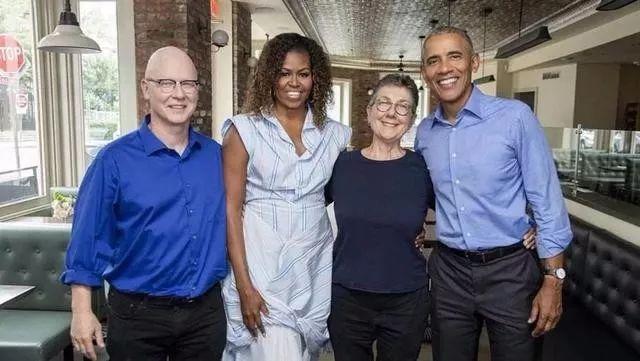 奥巴马夫妇和《美国工厂》导演合影。