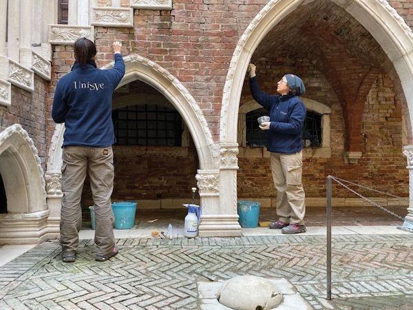做事人员在卡·众洛金屋(Ca'd'Oro)内部庭院修复石雕 Photo: courtesy of Unisve