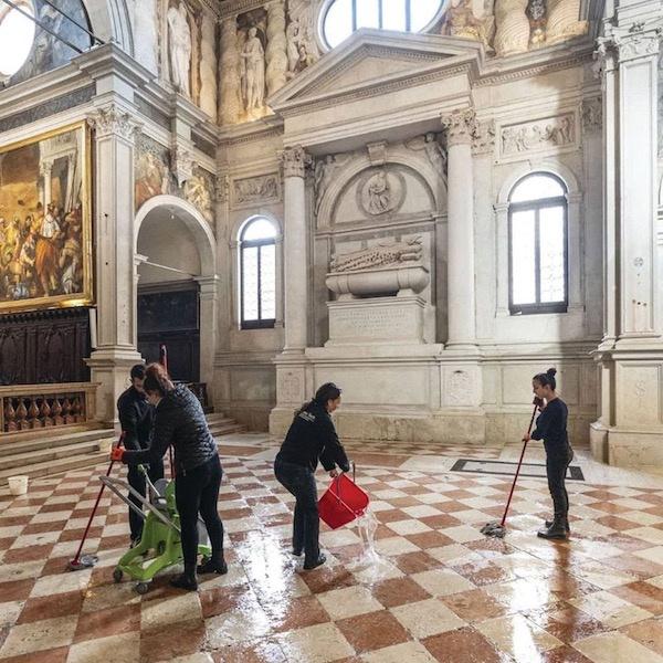 做事人员在清洗圣塞巴斯蒂亚诺(San Sebastiano)教堂的地板 Photo: courtesy of Save Venice