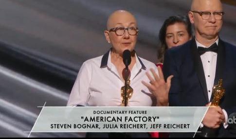 《美国工厂》导演史蒂文·博格纳尔、朱莉娅·赖克特在奥斯卡颁奖礼上发言。