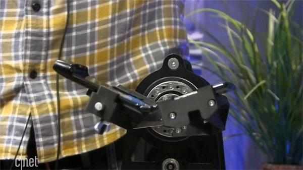 CNET对摩托罗拉可折叠手机Razr进行了折叠测试,,远低于期望的10万次