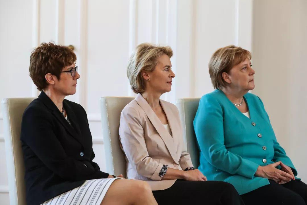 2019年7月17日,在德国首都柏林的总统府,德国总理默克尔(右)、冯德莱恩(中)与克兰普-卡伦鲍尔出席仪式,克兰普-卡伦鲍尔出任德国国防部长。新华社记者单宇琦 摄