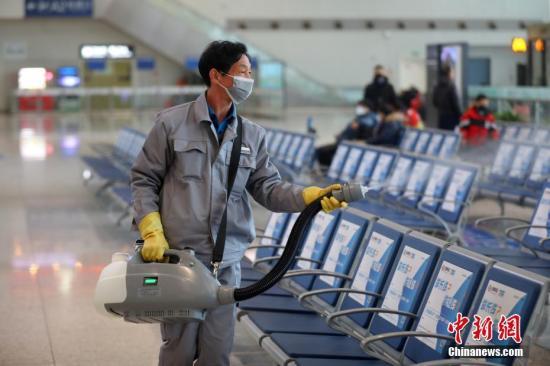 资料图:工作人员在火车站候车大厅内开展消毒工作。中新社记者 泱波 摄