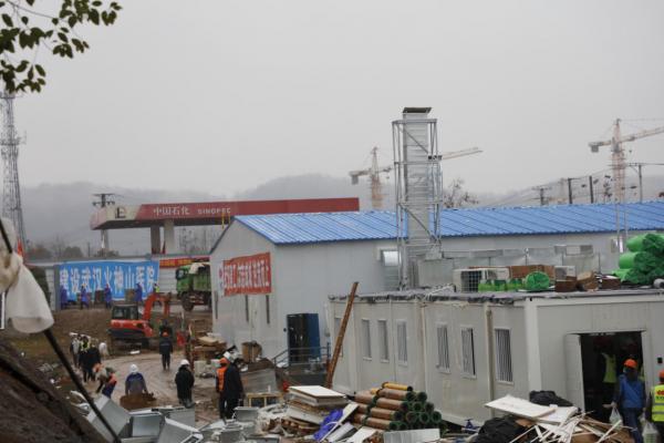 (2020年2月6日,建设中的武汉火神山医院,李微敖摄)