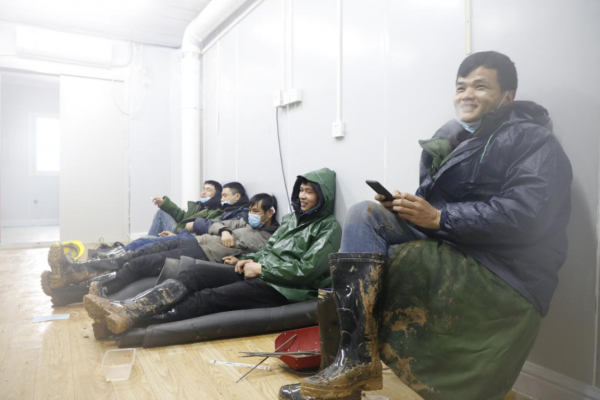 (2020年2月6日,火神山医院,工作间隙中,在休息的工人,李微敖摄)