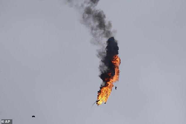 直升机起火后,在空中崩溃。(图:美联社)