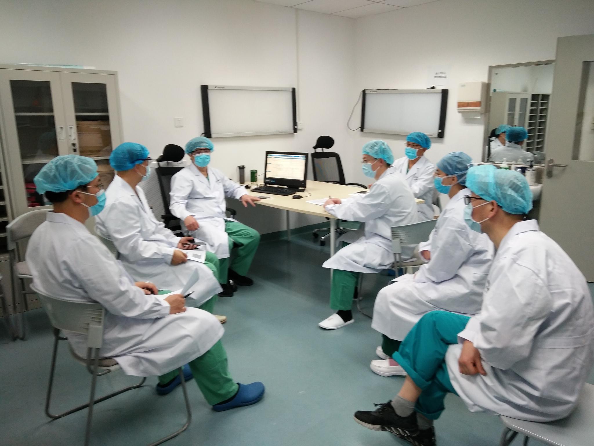 山东援鄂医疗队队员在商议治疗方案。 受访者供图
