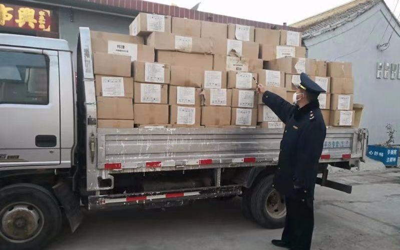 执法人员发现查获的17万余只口罩,都是过期产品。平谷区市场监管局供图