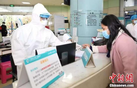 醫護人員穿戴防護裝備堅守臨床一線。