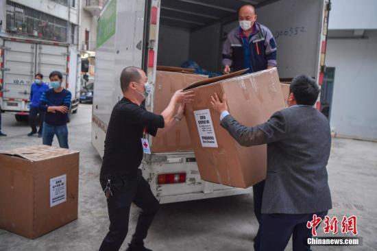 图为海南省红十字会的工作人员搬运医疗物资。 中新社记者 骆云飞 摄